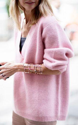 un look de week end avec un maxi pull tout doux rose poudr