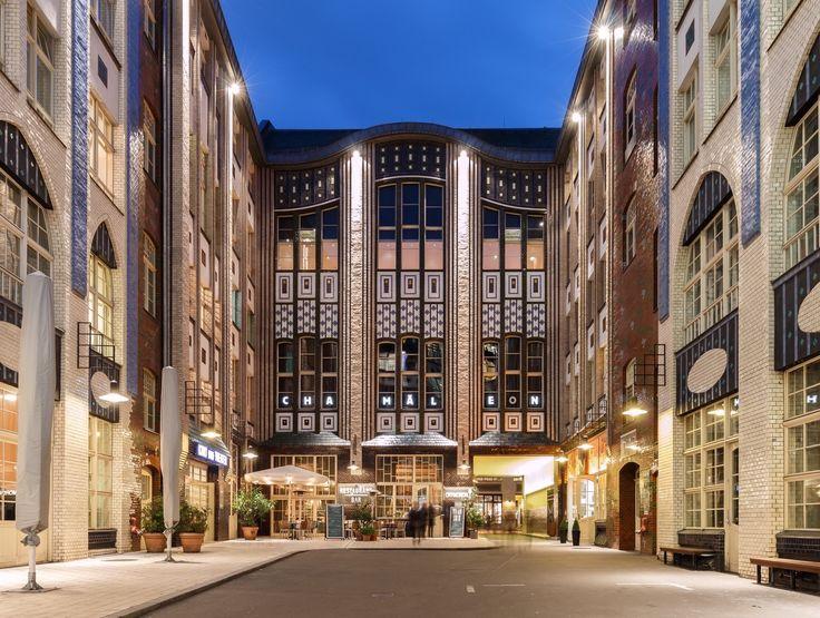 BERLIN - Mitte, Hackesche Höfe vis-à-vis dem Hackeschen Markt. Die 8 Höfe zw. der Rosenthaler- und der Sophienstraße wurden am 23. September 1906 eröffnet. Sie stehen seit 1972 unter Denkmalschutz.