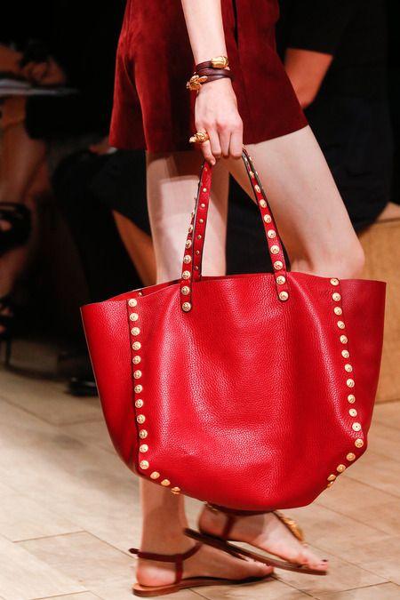 La clásica cartera tipo bolsa evoluciona a un estilo rockero con la adición de algunos taches sobre un llamativo rojo malboro. #ideassutex #leathertex