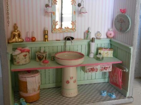 "Pretty and tiny Roombox ""Bathroom"" http://www.pinterest.com/dhminis/miniature-bathrooms/"