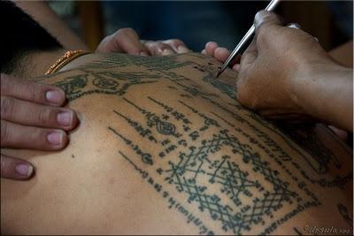 Script yang digunakan untuk desain yantra adalah campuran kuno script Khmer dan Buddha asli / naskah Pali . Sejarah menunjukkan bahwa tatto yantra berasal dari jaman Angkor. Desain yang berbeda telah ditambahkan ke desain ini selama bertahun-tahun melalui visi yang diterima dalam meditasi mereka. Beberapa desain yantra telah diadaptasi dari pra-Buddha Shamanisme dan kepercayaan dalam roh-roh hewan yang ditemukan di Asia Tenggara benua dan dimasukkan ke dalam tradisi dan budaya Thailand.
