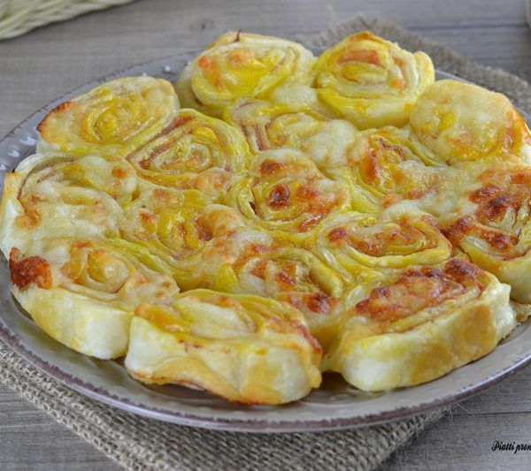 La torta salata girelle di pasta sfoglia è una pietanza molto gustosa, semplice e veloce da preparare; è ideale da gustare come secondo o antipasto.