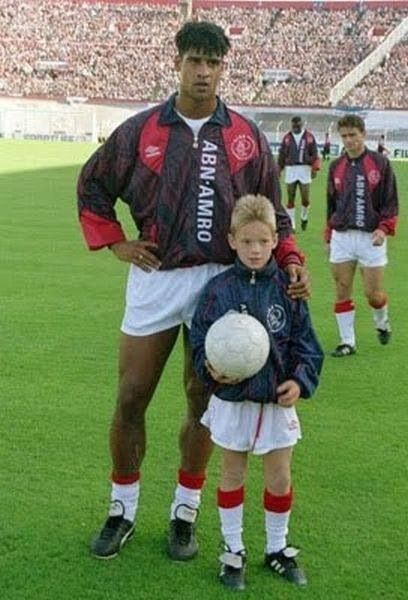 Frank Rijkaard y un tal pequeño llamado Wesley Sneijder ,1995.