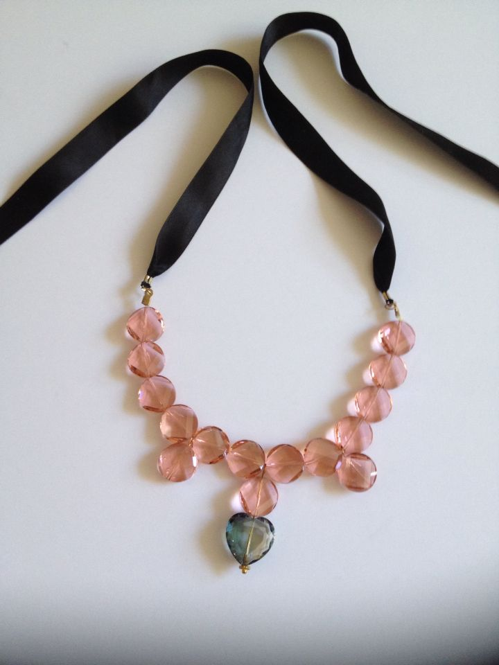 Look! Pinkholics!! This necklace match for every dress