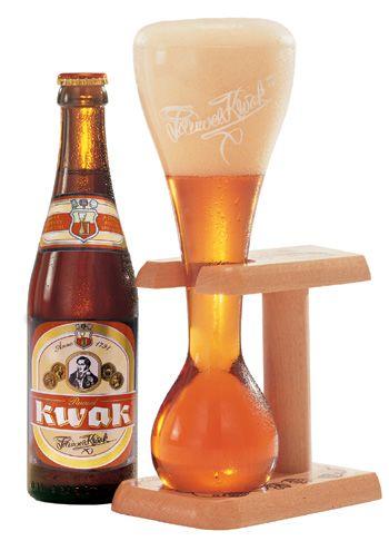 """KWAK è una birra appartenente alla grande tradizione artigianale belga. Di grande impatto per il suo retrogusto dolce e potente è apprezzata da tutti, intenditori e non. Altro elemento identificativo è il bicchiere """"a clessidra"""" perché anticamente veniva inserita al posto della lanterna nel cocchio di cavalli per permettere al conducente di farsi un """"goccetto"""" ogni tanto durante il tragitto! Vol. 8*%"""