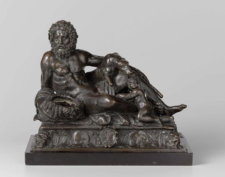anoniem | Inkwell with the Tiber, Romulus and Remus with the She-wolf, and the arms of the Della Rovere, attributed to Tiziano Aspetti Minio, c. 1547 - c. 1548 | Op een rechthoekige, zich naar boven verjongende, plintvormige verhoging met concave zijden zit de god half opgericht met de benen naar rechts en met het gelaat geheel en het bovenlijf driekwart naar de beschouwer gewend. Hij steunt daarbij met zijn rechterarm op een hoorn des overvloeds, terwijl hij met de linkerhand een roeiriem…