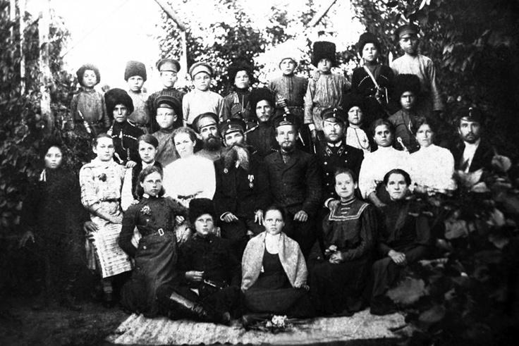 Учащиеся и преподаватели Александровского высшего начального училища в саду. В центре – И.К. Бабенко. 1902 г.