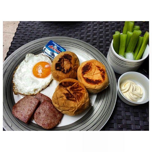 #pandesal #sunnysideup #spam and #celery for #breakfast #yummy #food #philippines #パンデサル #目玉焼き #スパム #セロリ #朝ごはん #フィリピン