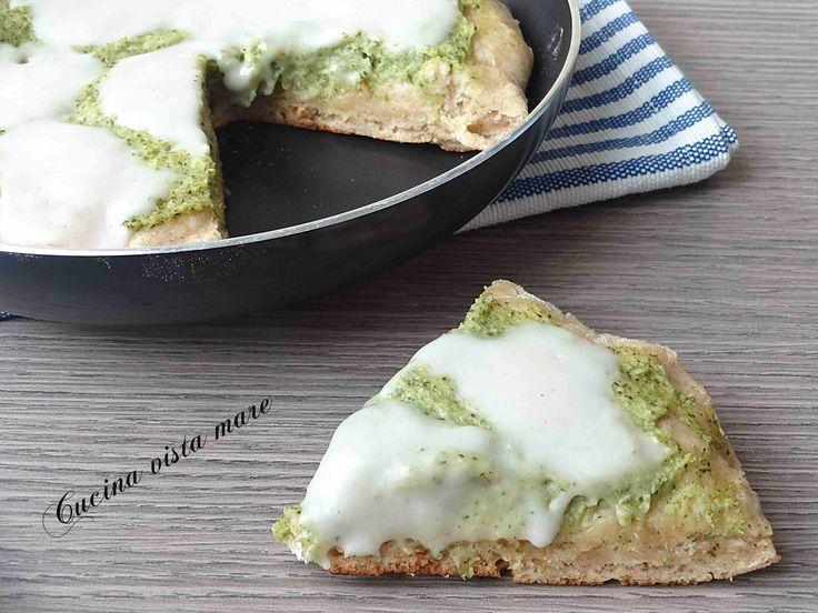 La pizza con i broccoli in padella è buona, a lievitazione istantanea, senza forno è leggera, croccante e soffice allo stesso tempo, saporita e gustosa.