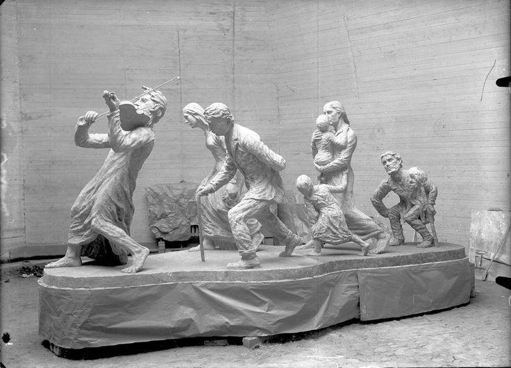 Niels Hansen Jacobsen, Livets spil, 1932-34, gips, 202 x 505 x 192 cm, Vejen Kunstmuseum. Fotografiet har tilhørt Hansen Jacobsen, og er stillet til rådighed af Vejen Kunstmuseum. Statens Museum for Kunst