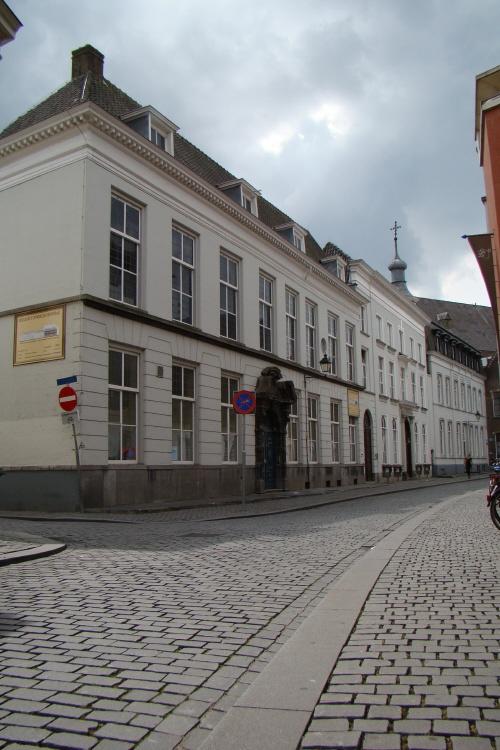 Karakteristiek voor Breda zijn de zogenaamde hofhuizen, zoals hier aan de Nieuwstraat. Hofhuizen waren de huizen van de leden van de hofhouding van de Nassaus en duidt anderzijds een wooncomplex aan dat bestaat uit enkele vleugels rond een binnenplaats of hof met een poort naar de straat