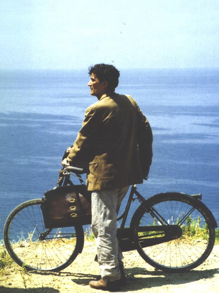 """Troisi: """"Devo parlare con voi don Pablo, è importantissimo. Mi sono innamorato.""""  Neruda: """"Bene, non è molto grave. C'è rimedio.""""  Troisi: """"No! Che rimedio, don Pablo...non voglio rimedio, io voglio stare malato.""""  """"Il postino"""" di Massimo Troisi, Michael Radford con Philippe Noiret, Renato Scarpa, Maria Grazia Cucinotta, Massimo Troisi. (1994)"""