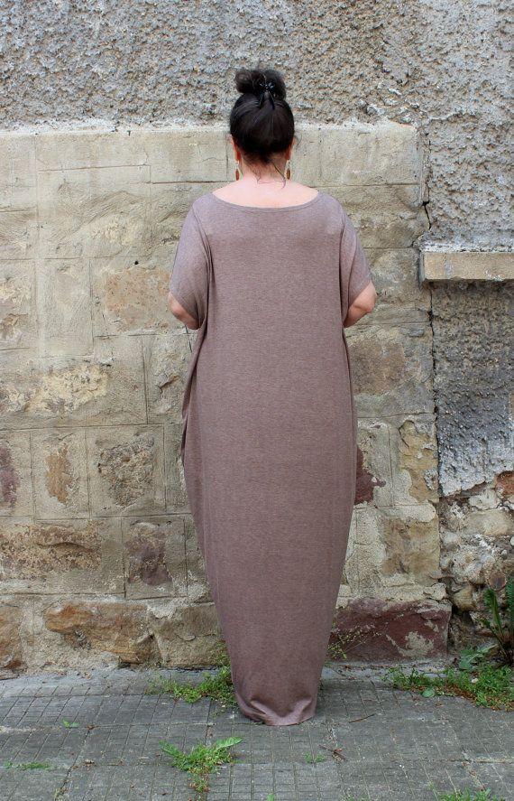 PLUS SIZE vestito - nuovo amore per CURVY donna - incredibile abito comodo da indossare ogni giorno! Super chic e super facile da cura e indossare! Questa sarà la vostra seconda pelle!  MOCHA MAXI ABITO CAFTANO CON TASCHE!   Fabbricazione: Viscosa elastica  Colore: moka  Lunghezza: 150 cm/59 in (si prega di avere in mente che possiamo fare il vestito di qualsiasi lunghezza che non preferisci, nessun problema :) Gli ordini personalizzati sono non-rimborsabile)  -Senza fodera!   DIMENSIONI...