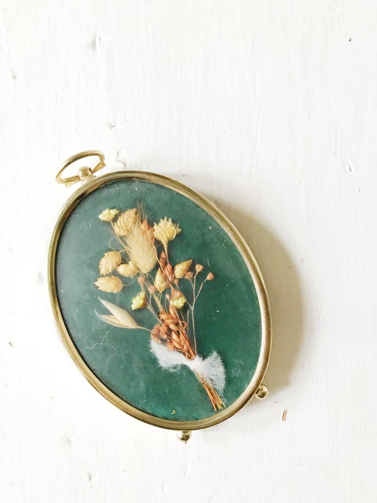 Single small standing brass oval picture frame by DodoLadies on Etsy https://www.etsy.com/listing/566798025/single-small-standing-brass-oval-picture