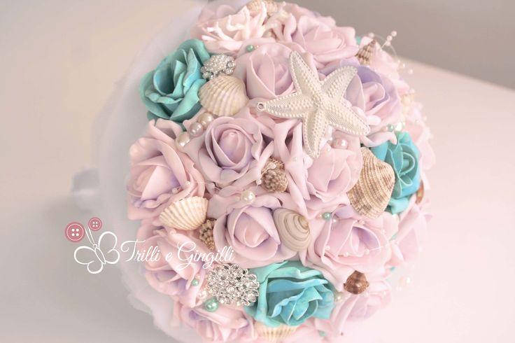 Bouquet per matrimonio a tema mare con rose lilla e tiffanye conchiglie. Wedding bouquet with roses and seashells. Scopri altri bouquet simili su www.trilliegingilli.com