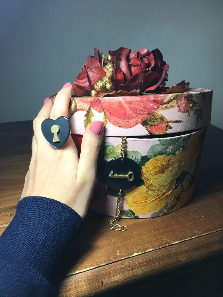 Anello-locket a cuore abbinato al bracciale-chiave  #Rosavelvet #shoponline #madeinitaly #fashion #moda #vintagemood #bijoux #bigiotteria #costumejewelry #ring #anello #bracelet #bracciale #present #regalo