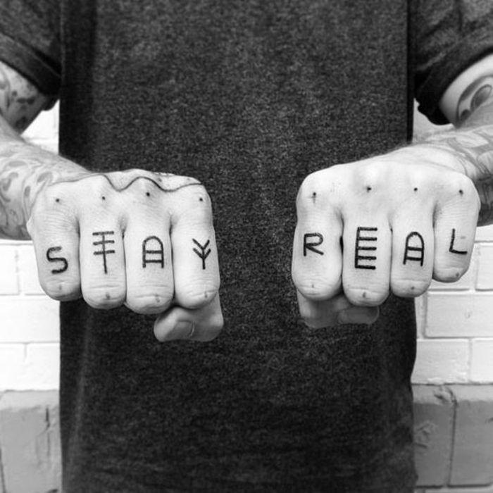 tatuajes frases, hombre con ocho dedos tatuados, cada dedo con una letra, foto en blanco y negro