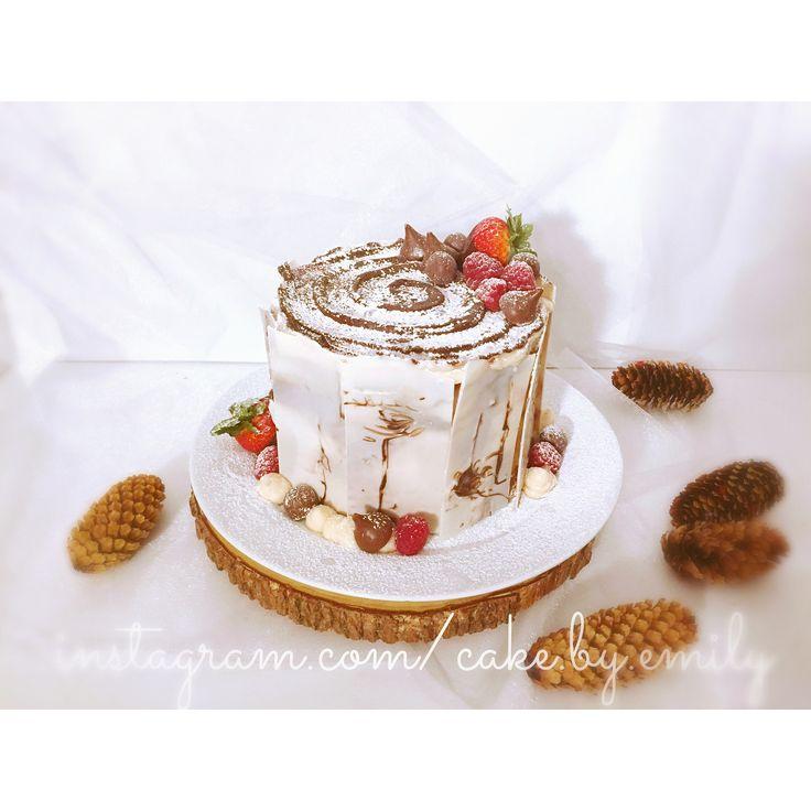 """좋아요 44개, 댓글 2개 - Instagram의 emily(@cake.by.emily)님: """". . Winter birch tree cake 🎂. . Vanilla cake with choco ganache and fresh strawberry puree.🍓🍫🎂 .…"""""""