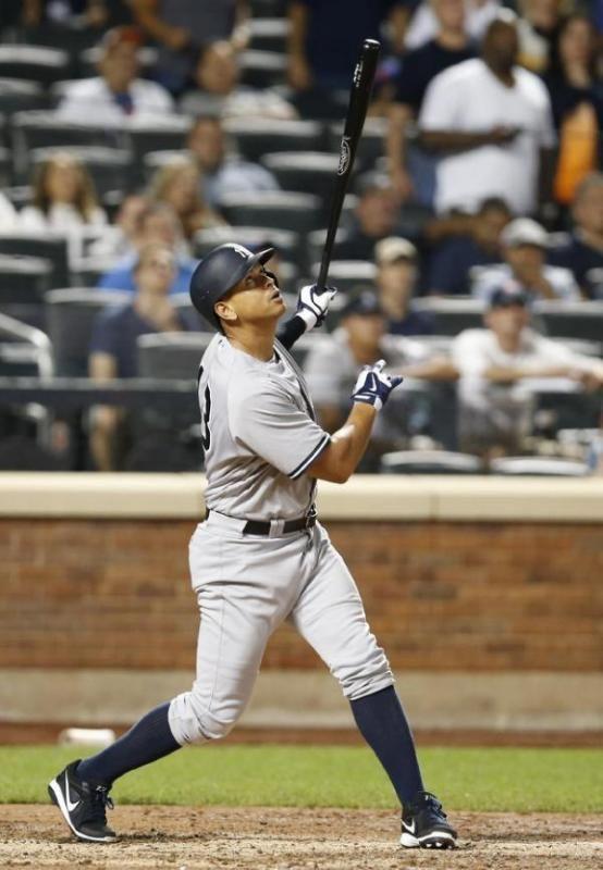bateador emergente de los Yanquis de Nueva York, Alex Rodríguez, conecta un elevado a #jardín derecho para el último out en la derrota de su equipo ante los Mets de Nueva York el martes