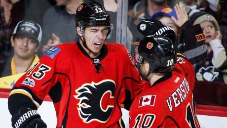 Kris Versteeg scored the shootout winner Monday night as the Calgary Flames beat the Pittsburgh Penguins 4-3 to equal a franchise record with their 10th straight victory.