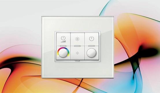 Controllo luci con regolatori e lampade universali. Esempio Eikon Evo Cristallo bianco.