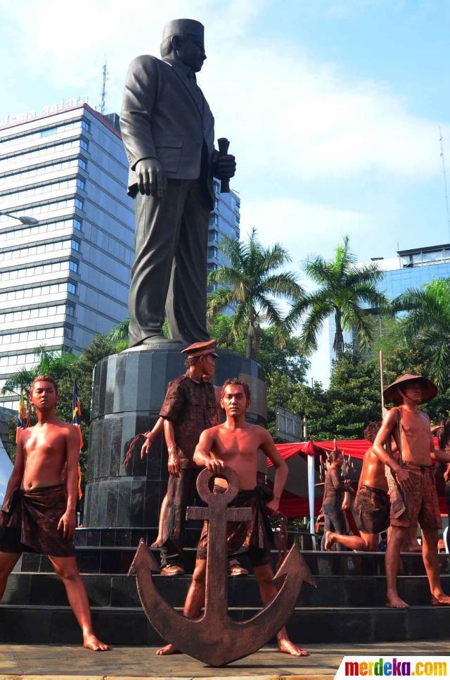 Patung berwarna coklat tersebut berdiri di atas tugu bulan setinggi 2 meter yang dilapisi keramik hitam.