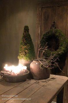 Sobere, landelijke kerst in de showroom van Styling & Living met stoere mosballen, mosbomen en moskransen. www.stylingandlivingshop.nl