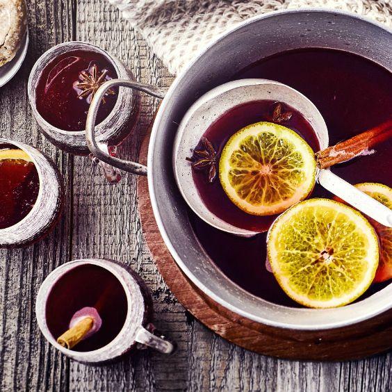 Unser einfaches Glühwein Rezept bringt Ihnen den fruchtig-aromatischen Weihnachtsmarkt-Klassiker auf den Tisch. #glühwein #rotwein #edeka