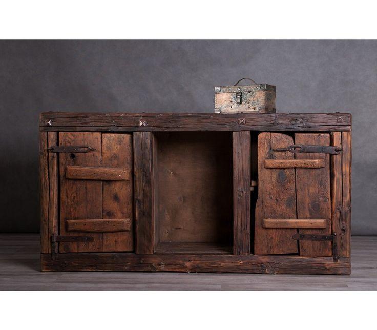 Régi faanyagok újrafelhasználásával készült rusztikus komód vagy előszobaszekrény. Mély barna színek, fém vasalatok és szegecsek nyugodt összhangja.