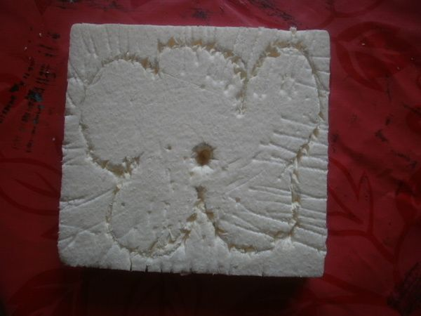 A partir d'une plaque de polystyrène extrudé, chaque enfant grave une fleur (au crayon de papier) et outils de cuisine.