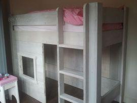Amy  Kinderbed met ruime speelruimte onder het bed.  Met een matrasmaat van 200x80cm zijn de afmetingen van het bed lxbxh 206x86x163cm Met een matrasmaat van 200x90cm zijn de afmetingen van het bed lxbxh 206x96x163cm  Trapje en raam kunnen omgewisseld worden..  Excl. lattenbodem en dekbed.