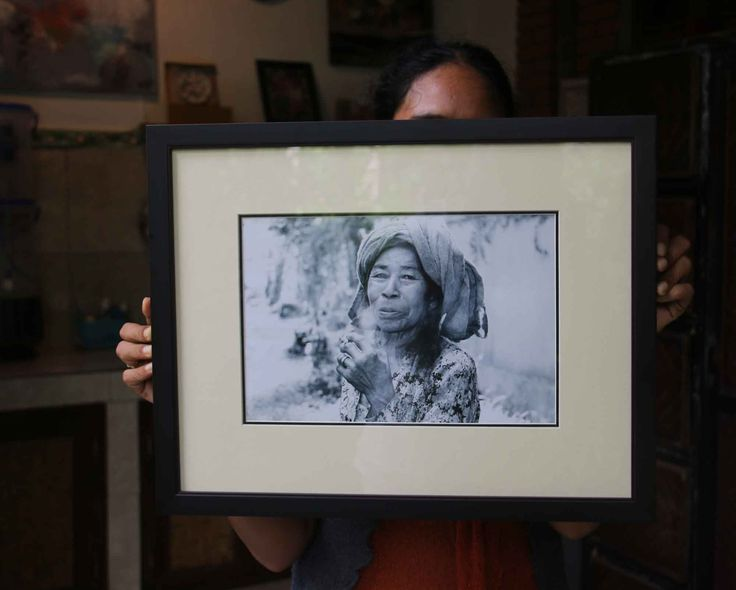 Photo in frame made by Emile 50 euro Title:Smoking old Balinese woman. Size: 47 x 37 cm