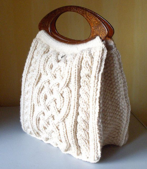 Viking Handbag, cable knitted bag: free pattern to learn cables