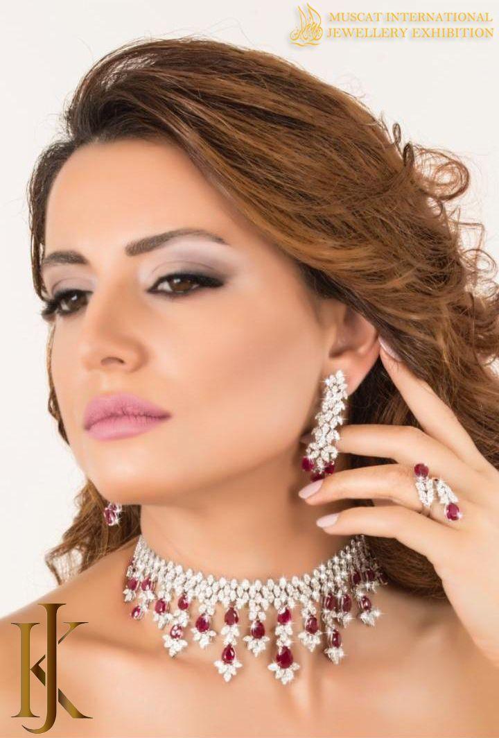 مع خبرة واسعة لأكثر من 10 سنوات تسعى مجوهرات كريدي جاهدة لإرضاء العملاء من خلال مجموعة واسعة من أفضل مجموعات المجوهرا Diamond Earrings Mehndi Designs Earrings