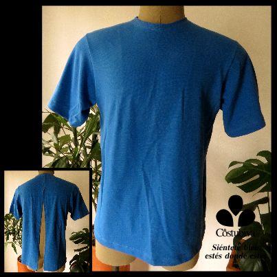Camiseta masculina con abertura para tener la espalada descubierta y evitar tener que levantar los brazos. Encuentra más en www.costubiva.com