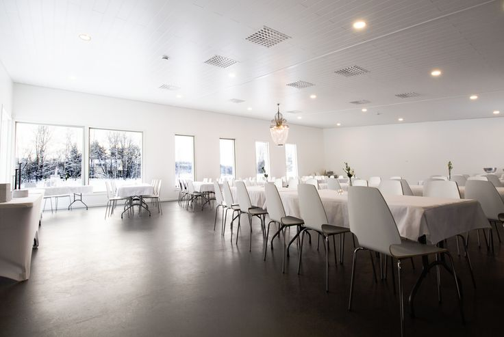 Willa Söder's event venue combines natural light with LED-lights. Willa Söderin tiloissa valaisusta pitävät huolen LED-valaistus ja ikkunoista tuleva luonnovalo.