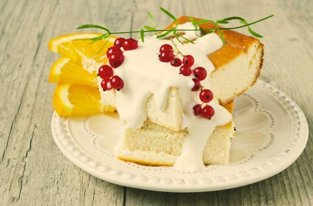 Такой диетический завтрак для ребенка лучше всего подавать теплым, с прохладной сметанкой и фруктами