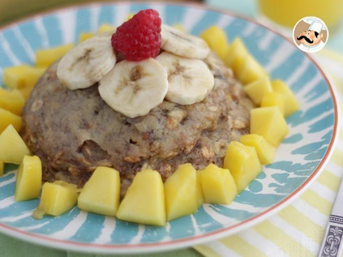 Bowl cake à la banane, Recette Ptitchef.  1 banane bien mûre 3 c. à soupe de lait  1 œuf 40 gr de flocons d'avoine 1 c. à café de levure 1 c. à soupe de sucre roux  Pour la décoration :  Mangue Banane Framboises Miel