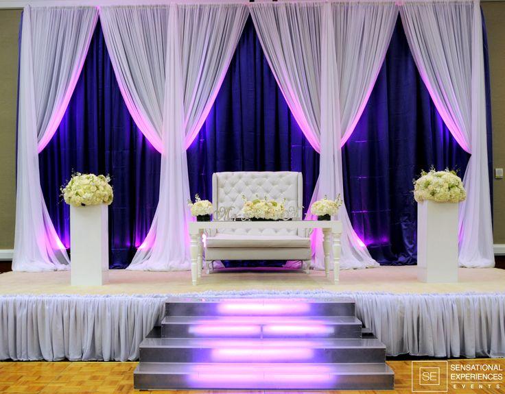 Precioso cortinas de lujo y la iluminación para su tabla de novia