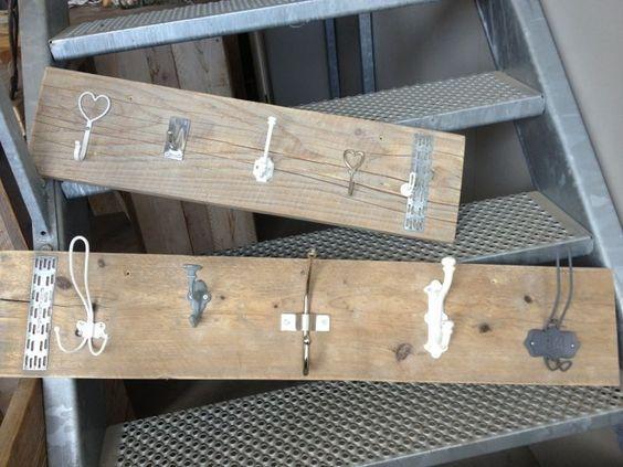 Stoere steiger of sloophouten kapstok. Maak je zelf heel makkelijk en snel! Kijk voor knoppen en haken op: http://www.corneliashome.nl/c-3203318/knopjes-haakjes/