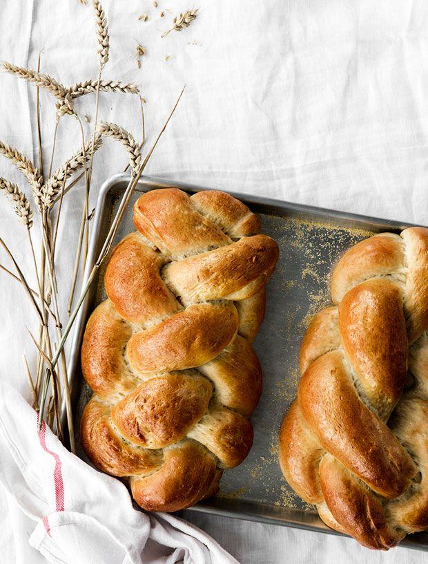 Brød er og bliver et kæmpe hit til både morgenmaden og eftermiddagskaffen. Fletbrødet her smager ikke kun skønt - når du fletter brødet, ser det også meget indbydende ud.