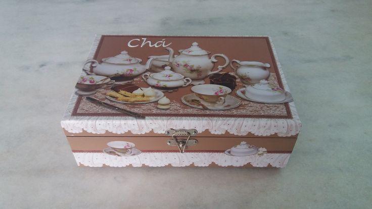 Caixa para chá marrom claro com seis divisórias , detalhe de aparelho de chá. www.elo7.com.br/esterartes