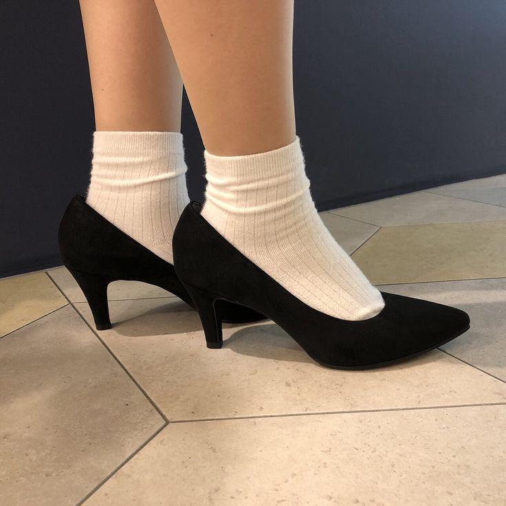 . 18S/S ポインテッドプレーンパンプスヒールcm . 人気パンプスの春夏新色カラーの登場です今季モデルは改良を重ね更に履きやすさアップシンプルなポインテッドトゥパンプスでながく履けるベーシックなカラーと秋冬らしいカラー展開です脚に優しい絶妙な傾斜の7cmヒールは女性らしい立ち姿をメイク華奢でレディライクなポインテッドトゥがマッチしたデイリー使いにもオススメな注目の一足通勤などのオンの日にはもちろん結婚式二次会パーティーシーンオフの日のカジュアルスタイルとも合わせやす一足です快適な履き心地を考えて内側にも足当たりの良いジャージ素材や低反発ソール入りなので履き心地も抜群です . カラーブラックスエードネイビースエードライトグレースエードベージュスエードイエロースエードブラックエナメル . #agosto #アゴスト #kobepumps #神戸パンプス #レインパンプス #stretchsole #天王寺mio #天王寺ミオプラザ館 #pumps #パンプス #神戸コレクション #天王寺ミオ #天王寺 #春ファッション #春パンプス #shoes #なんばマルイ…