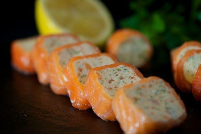Terina de branza cu somon este un aperitiv sofisticat, foarte bun pentru o masa festiva. Retata se pregateste simplu si rapid.