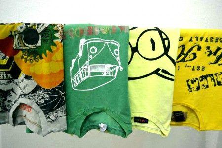 Use suas camisetas velhas, mas com estampas legais, para fazer almofadas divertidas