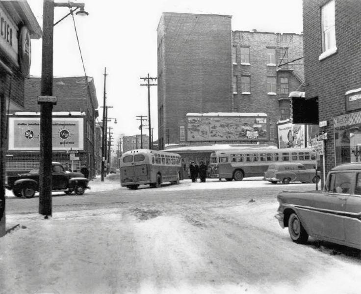 Gare pour les autobus de Charlesbourg, située à l'intersection des rues du Roi et Dorchester. 1957