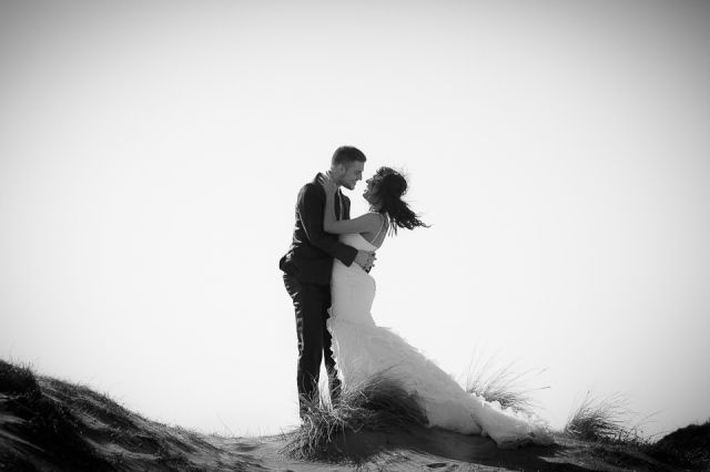 Laat de wind je dag niet verpesten, gebruik het voor te gekke trouwfoto's! #wedding #photo #picture #bruidspaar #bruiloft #trouwfoto #poses #inspiratie #trouwen Trouwfoto poses, zo word je een professional! | ThePerfectWedding.nl | Fotografie: Scheffelfotografie