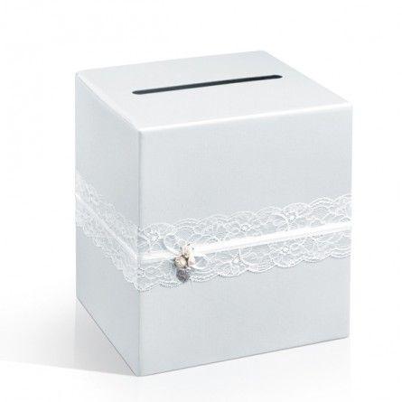 Wunderschöne Briefbox im aktuellen Spitzeb Look. Hier sind Ihre Geldgeschenke sicher aufgehoben.  Material: fester Karton in weiß mit Spitzen- und Blütenverzierung  Maße zusammengebaut: 24 x 24 x 24 cm