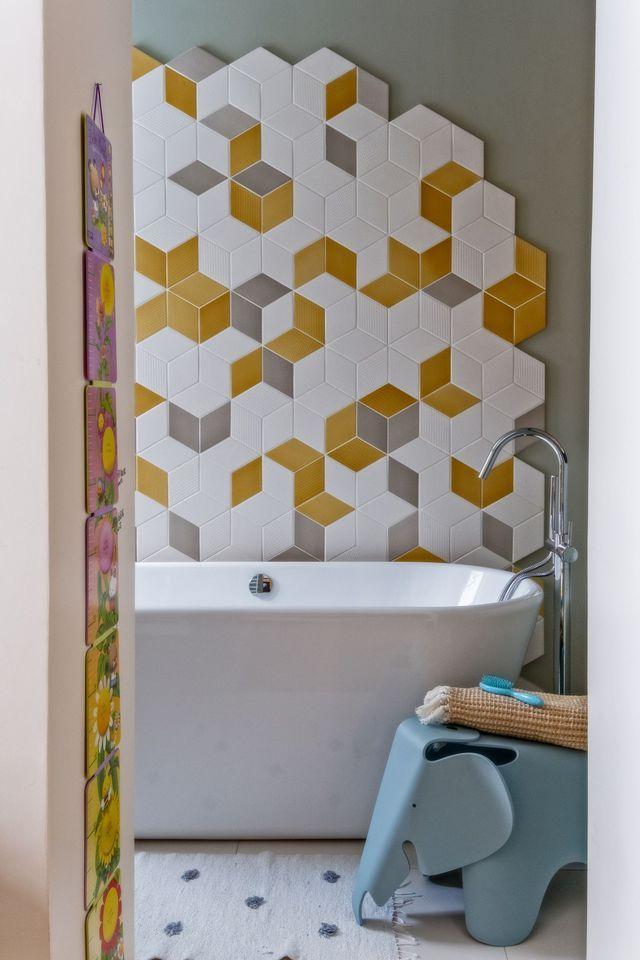 Dans la salle de bains d'enfant, les carreaux protégeant le mur des projections d'eau devient très déco