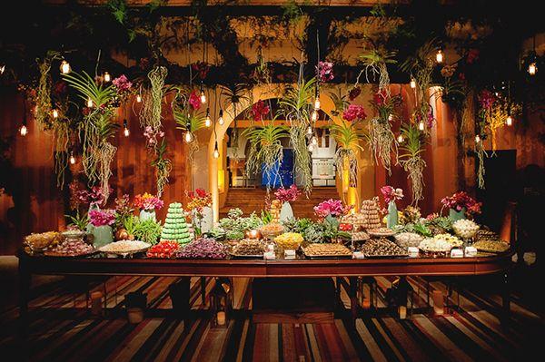 Mesa de doces - casamento no Museu Histórico Nacional ( Rio de Janeiro ) - arranjos aéreos de orquídeas Wanda suspensas ( Foto: Fabricia Soares | Decoração: Tissi Valente )